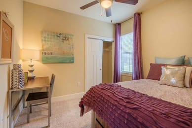 Aura-San-Marcos-TX-Bedroom-With-Study-Desk-Unilodgers