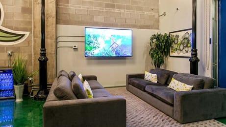 Dwell-ATL-Luxury-Apartments-Atlanta-GA-Common-Room-With-TV-Unilodgers