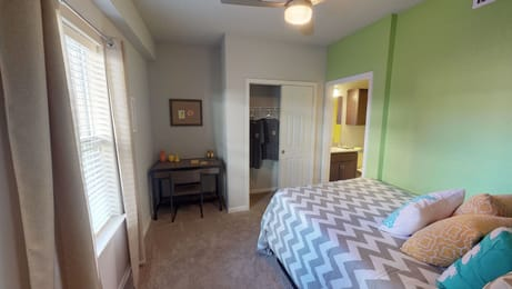 The-Knox-Knoxville-TN-Bedroom-With-Study-Desk-Unilodgers