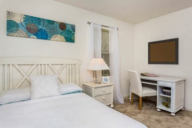 University-Woods-Raleigh-NC-Bedroom-With-Study-Desk-Unilodgers