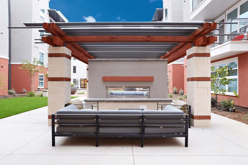 Liv-Arlington-TX-Courtyard-Unilodgers