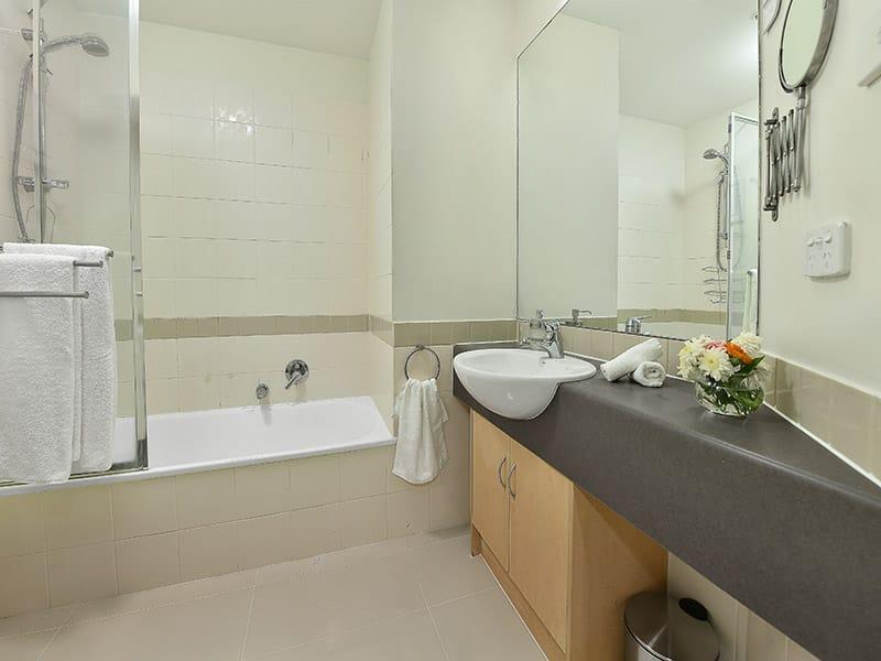 402-408-La-Trobe-Street-Melbourne-Bathroom-Unilodgers