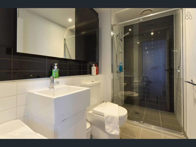 1807-80-A-Beckett-Street-Melbourne-Student-Accommodation-Melbourne-Bathroom-Unilodgers