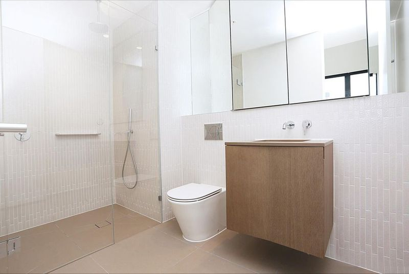 1808W-93-119-Kavanagh-Street-Southbank-Student-Accommodation-Melbourne-Bathroom-2-Unilodgers