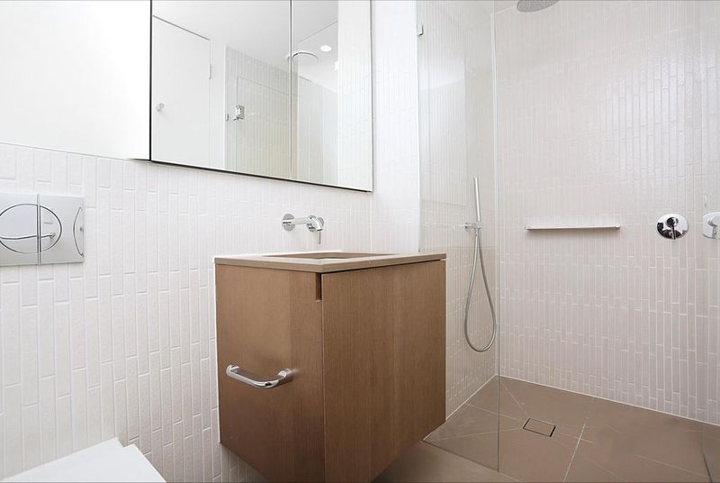 1808W-93-119-Kavanagh-Street-Southbank-Student-Accommodation-Melbourne-Bathroom-3-Unilodgers