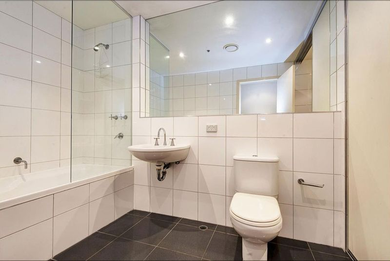 303-8-Bligh-Place-Melbourne-Student-Accommodation-Melbourne-Bathroom-Unilodgers