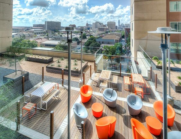 The-Callaway-House-Austin-Rooftop-Lounge-Unilodgers