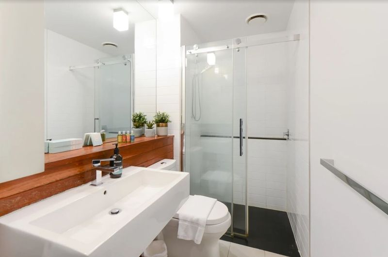 602-18-russell-place-melbourne-student-accommodation-Melbourne-Bathroom-Unilodgers
