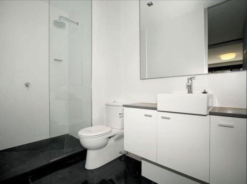 21-17-robe-street-st-kilda-student-accommodation-Melbourne-Bathroom-Unilodgers