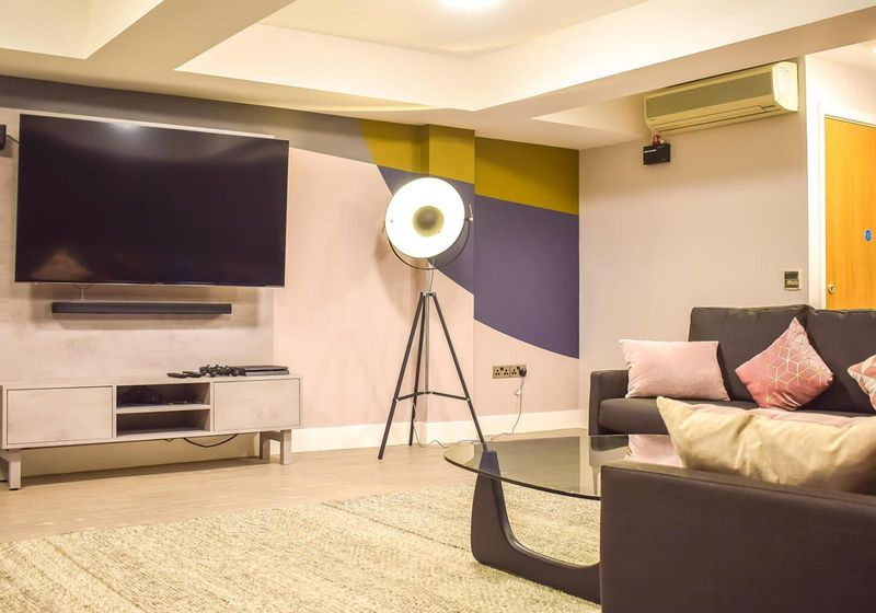 iQ-Hoxton-London-Media-Lounge-Unilodgers