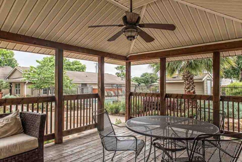 Abbey-Glenn-Apartments-Waco-TX-Outdoor-Seating-Unilodgers