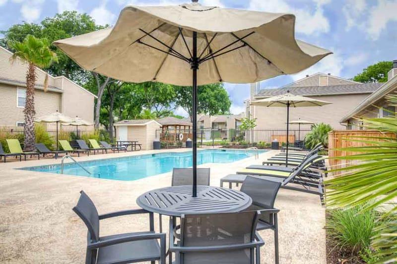 Abbey-Glenn-Apartments-Waco-TX-Poolside-Unilodgers