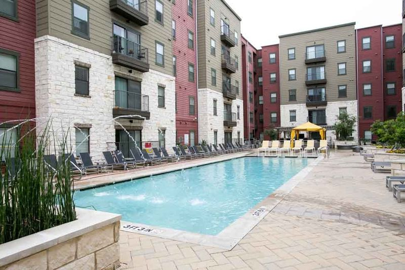 Axis-West-Campus-Austin-TX-Swimming-Pool-Unilodgers
