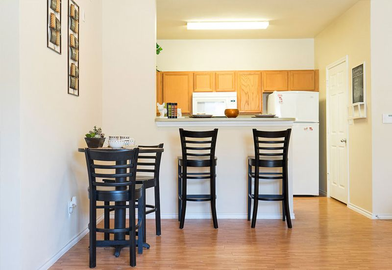 CEV-Warrensburg-MO-Kitchen-With-Breakfast-Bars-Unilodgers
