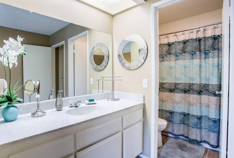 Campus-Crossings-At-Riverside-CA-Bathroom-Unilodgers