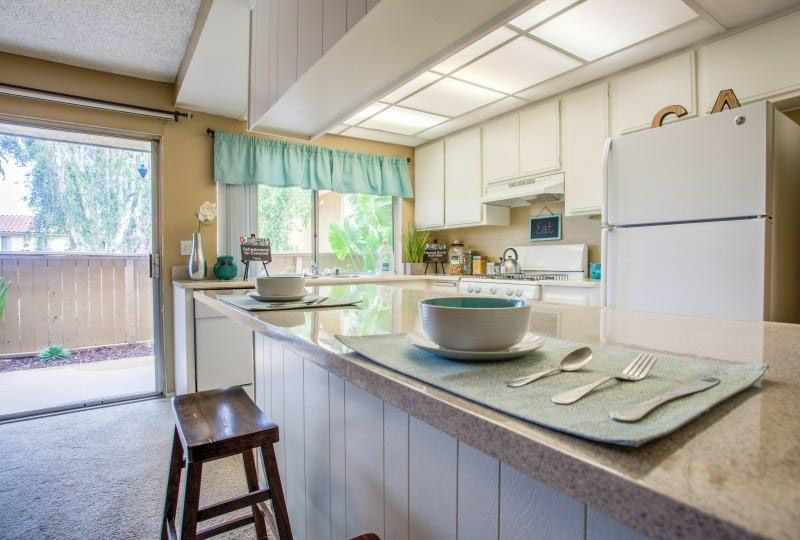Campus-Crossings-At-Riverside-CA-Kitchen-And-Breakfast-Bars-Unilodgers