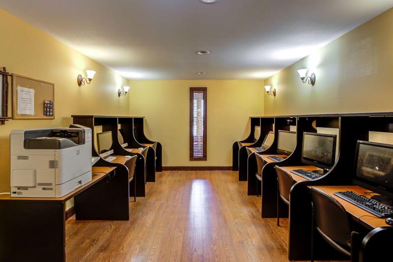 Campus-Lodge-Tampa-Computer-Lounge-Area-Uniloldgers