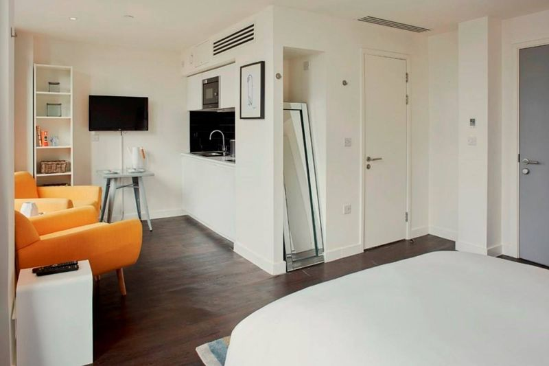 Chapter-Aldgate-London-Platinum-Studio-Living-Area-Unilodgers
