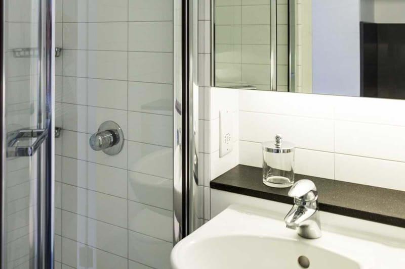 Chapter-Kings-Cross-London-Bronze-Studio-Ensuite-Bathroom-Unilodgers