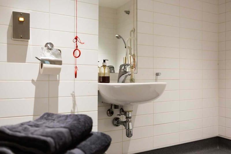 Chapter-Kings-Cross-London-Diamond-Studio-Accessible-Bathroom-Unilodgers
