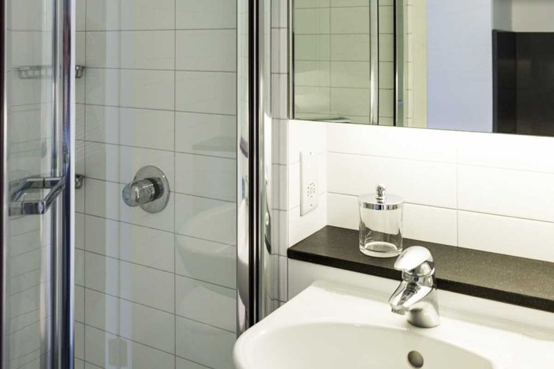 Chapter-Kings-Cross-London-Silver-Studio-Plus-Ensuite-Bathroom-Unilodgers