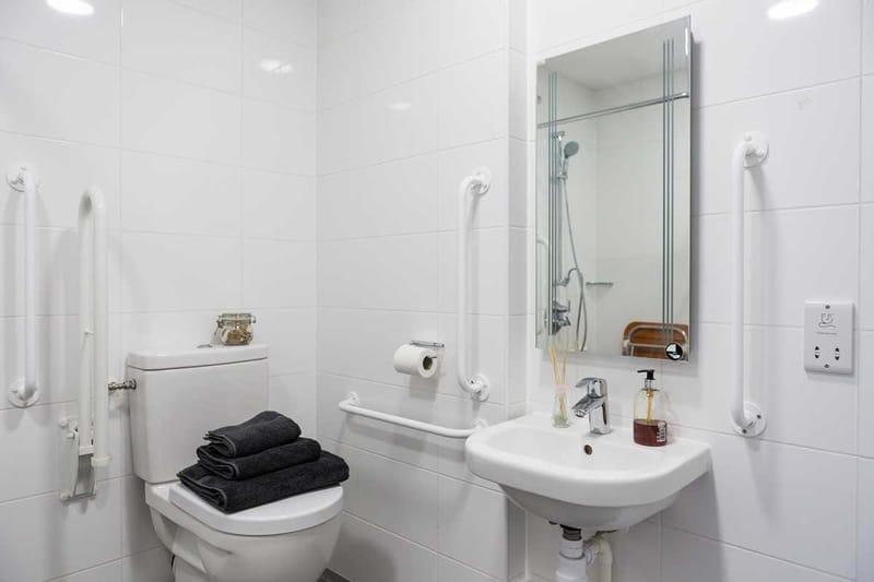 Chapter-Lewisham-London-Gold-Studio-Accessible-Bathroom-Unilodgers