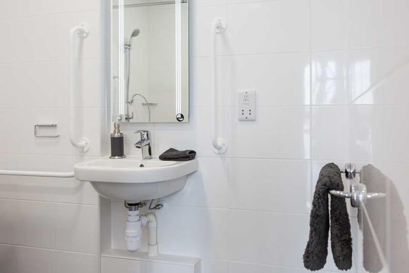 Chapter-Lewisham-London-Silver-Studio-Ensuite-Bathroom-Unilodgers