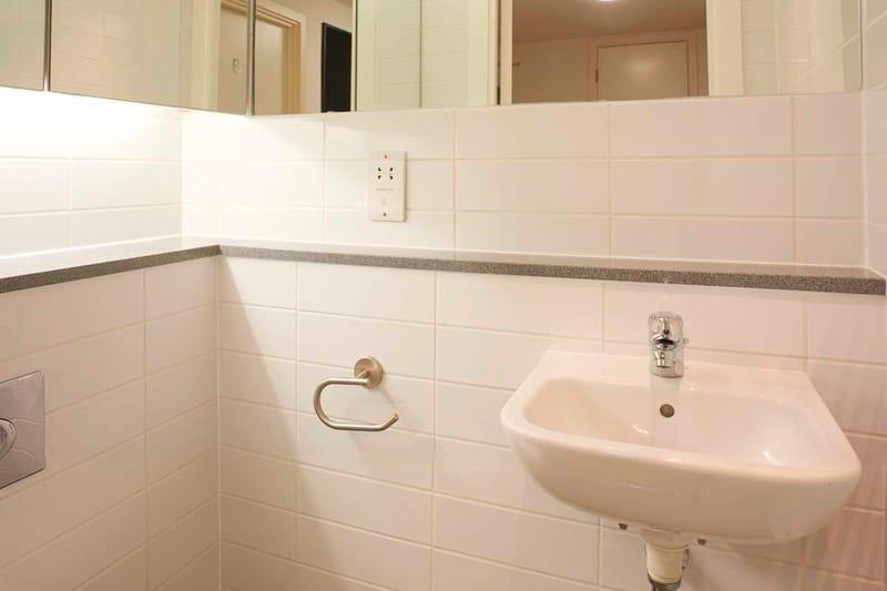 Chapter-Spitalfields-London-4-Bedroom-Apartment-Shared-Bathroom-01-Unilodgers
