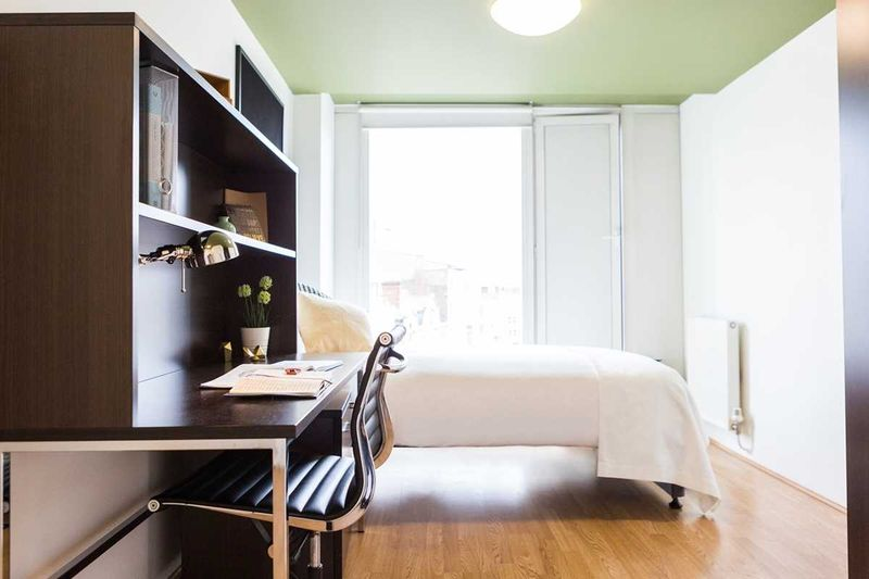 Chapter-Spitalfields-London-Silver-Ensuite-Room-With-Study-Desk-Unilodgers