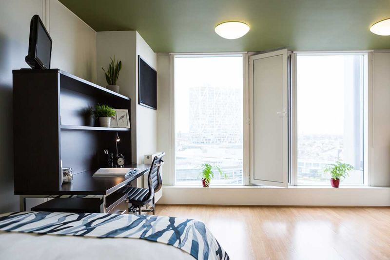 Chapter-Spitalfields-London-Silver-Studio-Bedroom-01-Unilodgers