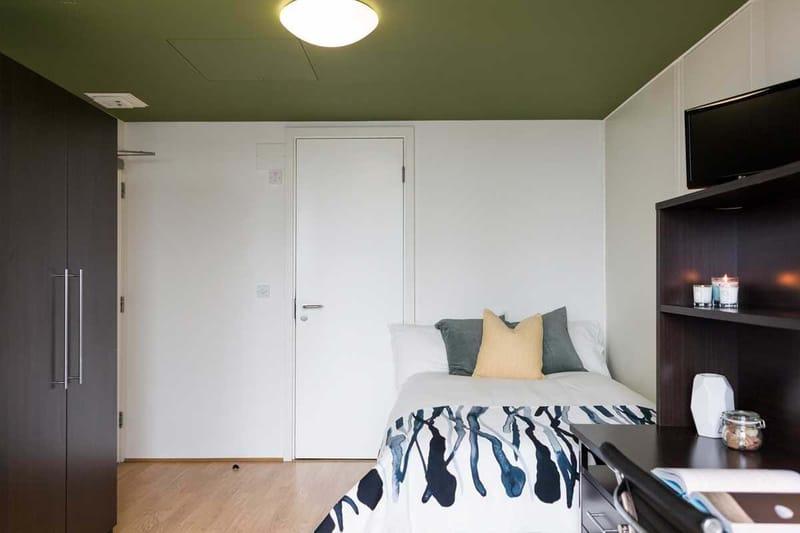 Chapter-Spitalfields-London-Silver-Studio-Bedroom-02-Unilodgers