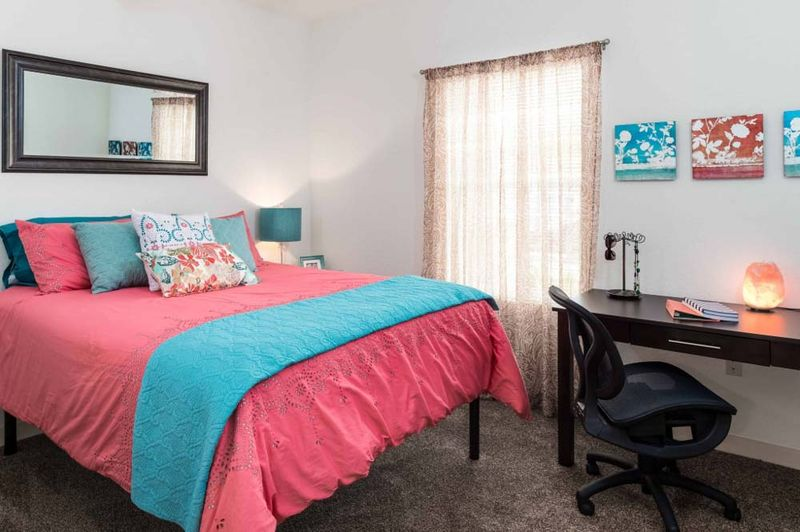 Eagle-Landing-Daytona-Beach-FL-Bedroom-With-Study-Desk-Unilodgers
