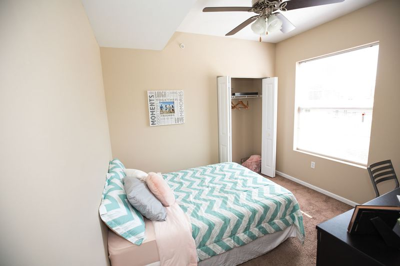 Enclave-Edwardsville-IL-Bedroom-With-Study-Desk-And-Chair-Unilodgers