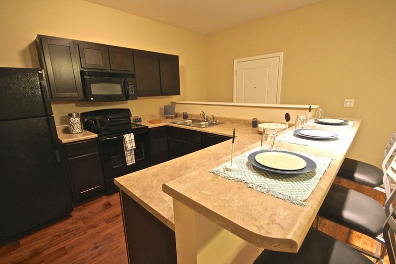 Enclave-Edwardsville-IL-Kitchen-With-Fridge-And-Breakfast-Bar-Unilodgers