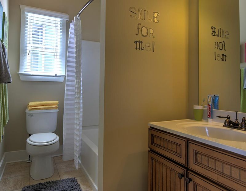 Grayson-Cottages-Columbia-MO-Bathroom-Unilodgers