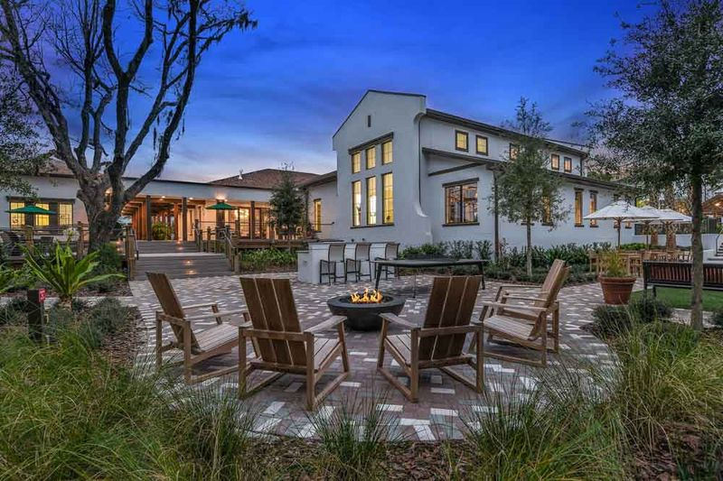 Hudson-At-East-Apartments-Orlando-FL-Outdoor-Courtyard-With-Fire-Pit-Unilodgers