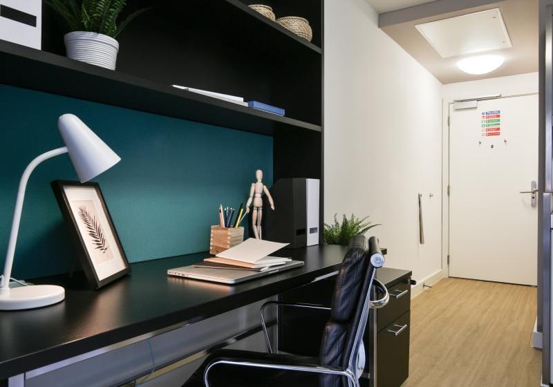 IQ-Bankside-London-Bronze-Studio-Study-Desk-Unilodgers