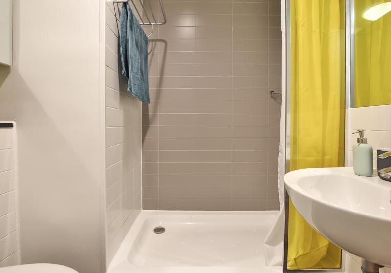 IQ-Bankside-London-Silver-Studio-Bathroom-Unilodgers