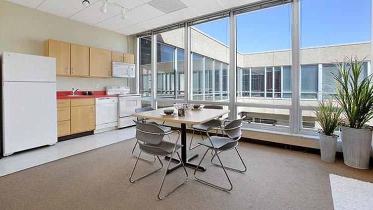 Icon-Student-Spaces-Saint-Louis-MO-Kitchen-With-Dining-Table-Unilodgers