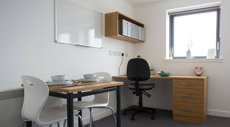 Kelvingrove-House-Glasgow-Study-Table-1-Unilodgers