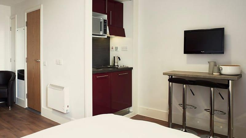 iQ-Magenta-House-London-Bedroom-1-Unilodgers
