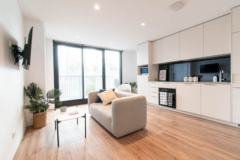 Park-Ave-Parkville-Melbourne-Living-Room-With-Sofa-Unilodgers