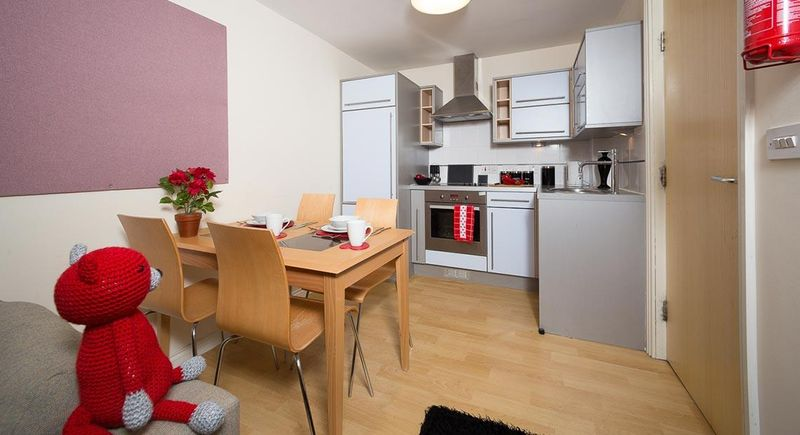 Q-3-Apartments-Manchester-Shared-Kitchen-Dining-Area-Unilodgers-1496058636