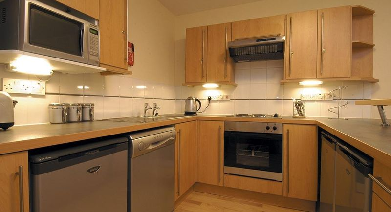 Q-3-Apartments-Manchester-Shared-Kitchen-Dining-Area-Unilodgers-14960586362