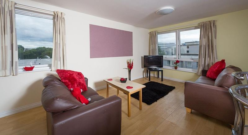 Q-3-Apartments-Manchester-Shared-Kitchen-Dining-Area-Unilodgers-14960586363