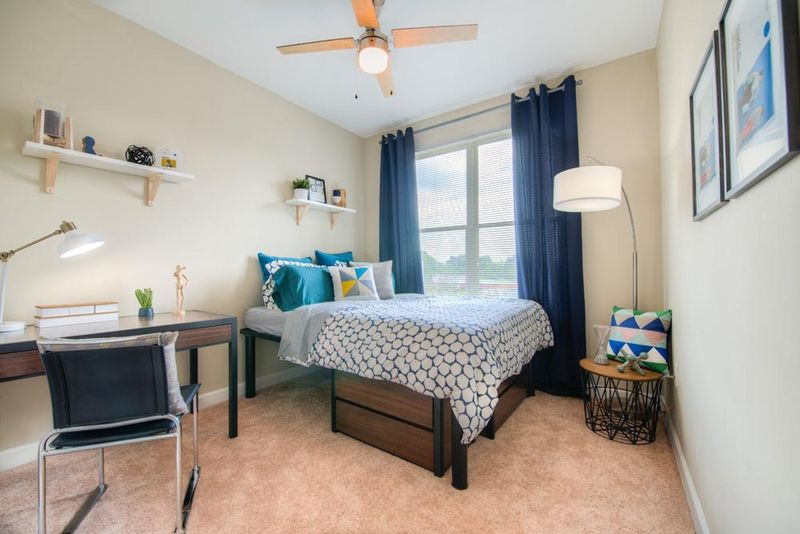 Station-At-Five-Points-Columbia-SC-Bedroom-With-Study-Desk-And-Chair-Unilodgers