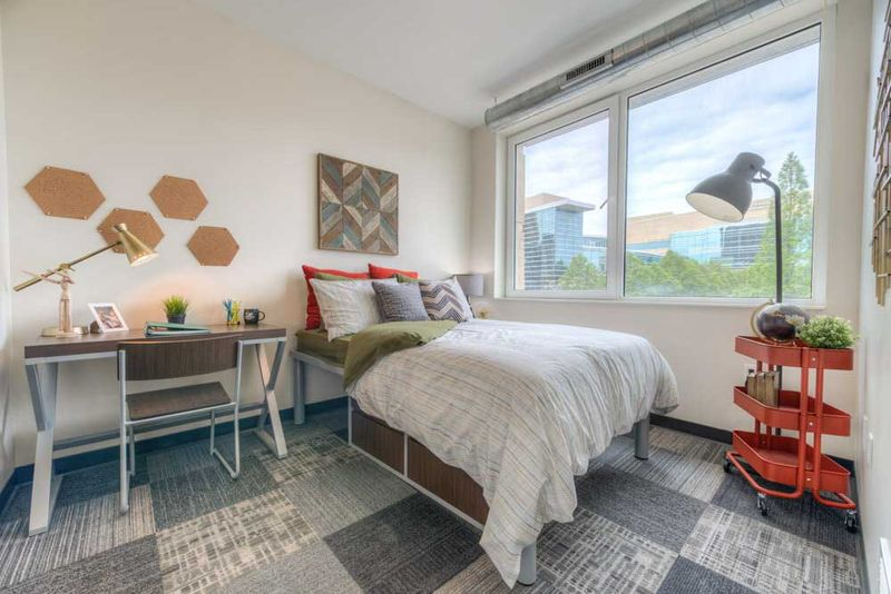 The-Edge-On-Euclid-Cleveland-OH-Bedroom-With-Study-Desk-Unilodgers