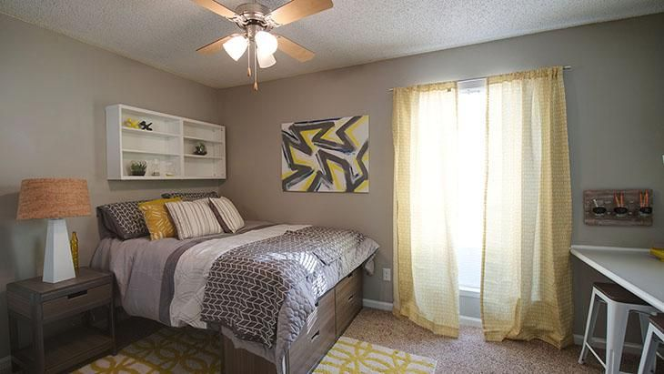 The-Hub-At-Auburn-Apartment-Homes-Auburn-AL-Bedroom-With-Study-Desk-Unilodgers