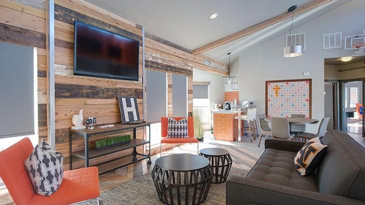 The-Hub-At-Auburn-Apartment-Homes-Auburn-AL-Common-Room-With-TV-Unilodgers