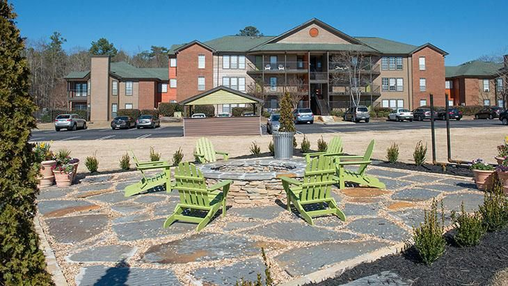 The-Hub-At-Auburn-Apartment-Homes-Auburn-AL-Outdoor-Courtyard-With-Firepit-Unilodgers